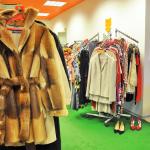 Valik kasukaid rõivakaupluses Riietering Viimsi Kaubanduskeskuses